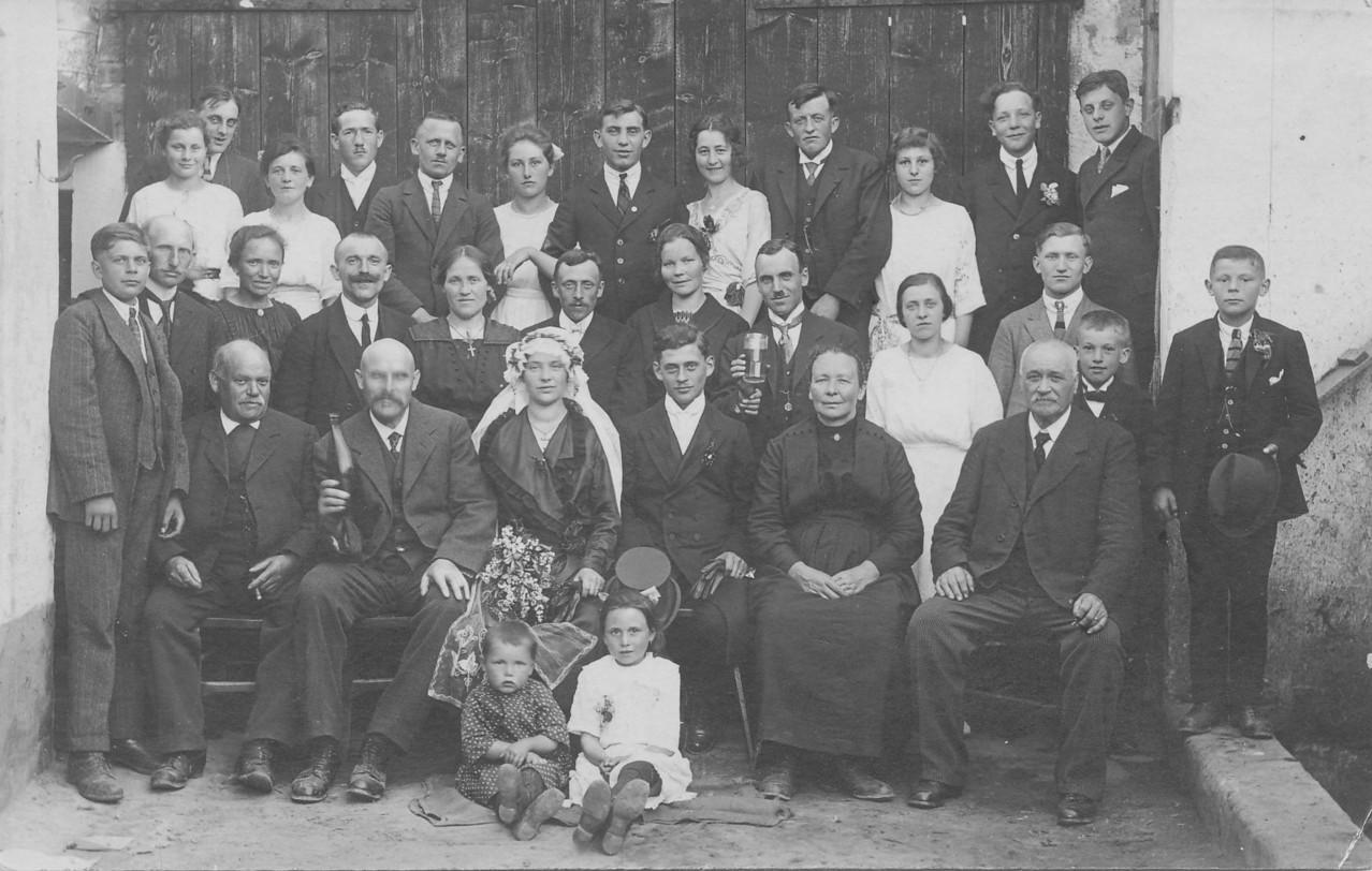 Hochzeitsgesellschaft Appel Karl und Katharina geb. Steinmüller; Appel Heinrich mit Frau (Bildmitte), Steinmüller Jean (rechs oben), Steinmüller Jean (Vater links unten mit Flasche)