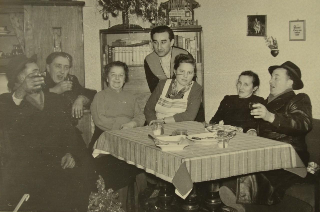 Familienfeier bei Sophie und Harry Stadler mit Elizabeth Weber und Willi Kaufmann