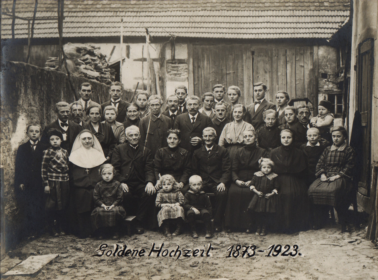 Goldene Hochzeit Groß und Nett 1923 (50 Jahre) im Anwesen Alfons Groß: Schwester Mathia, v.R. Eugen und Elisabeth Groß