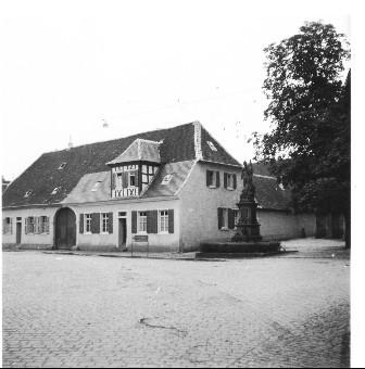 Präsenzgutshaus neben Kirche