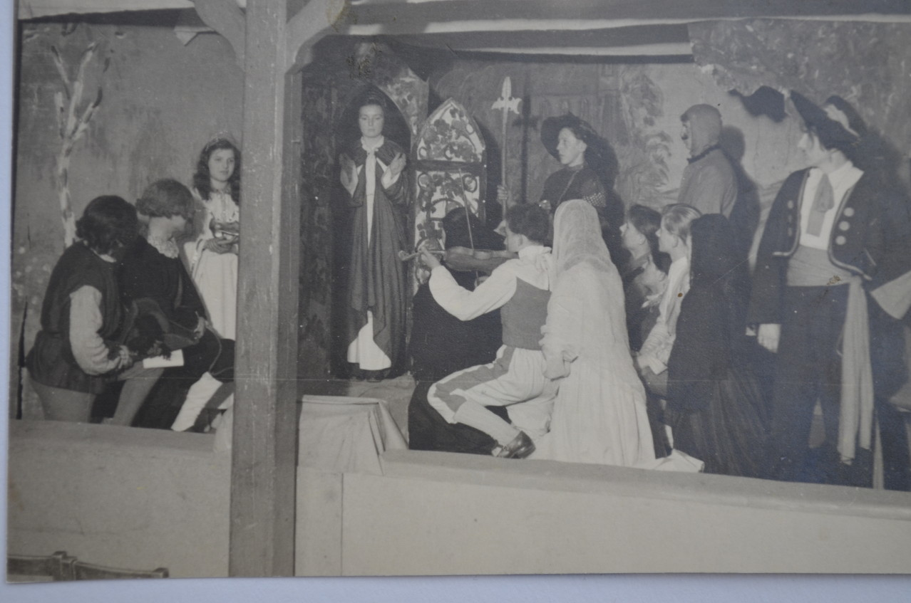 """Theaterszene """"Geigerlein"""", Bühnenbilder erstellt von Günter Zeuner (Künstler aus Speyer, kurzzeitig in Geinsheim beheimatet)"""