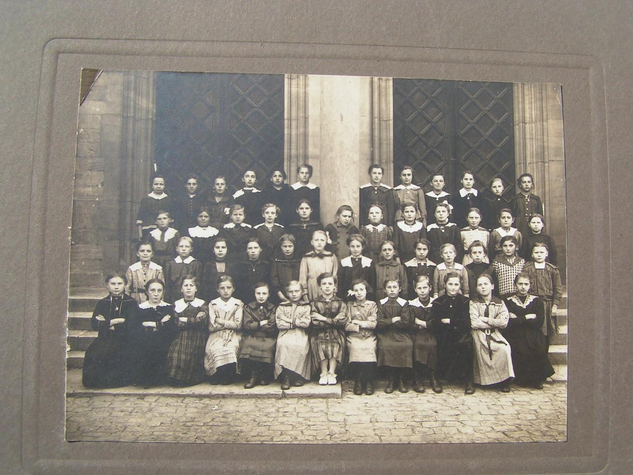 Schulklasse mit Mutter von Oswald Hilschmann (geboren 1908) neben Elisabeth Niederer (1.Reihe rechts)
