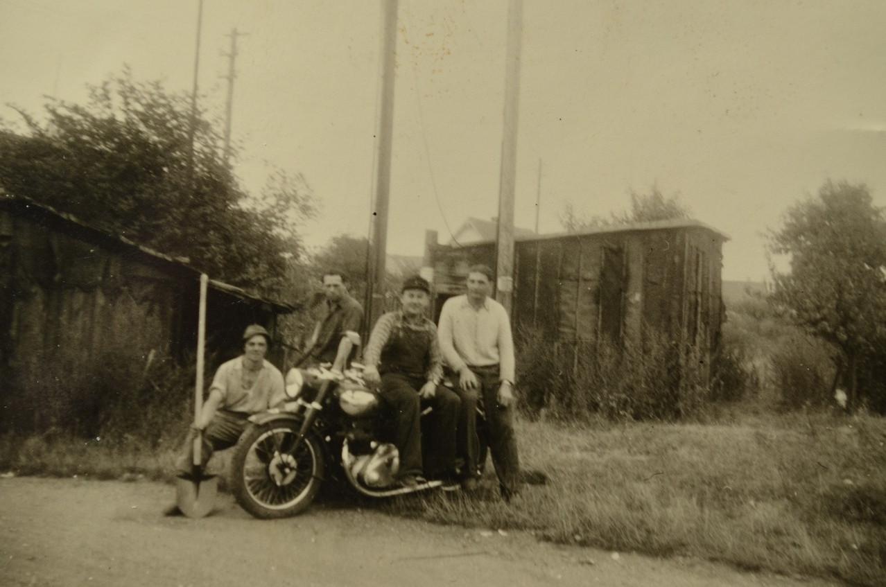 """Günter Stadler mit Motorrad NSU Konsul """"auf Montage"""" 1954"""