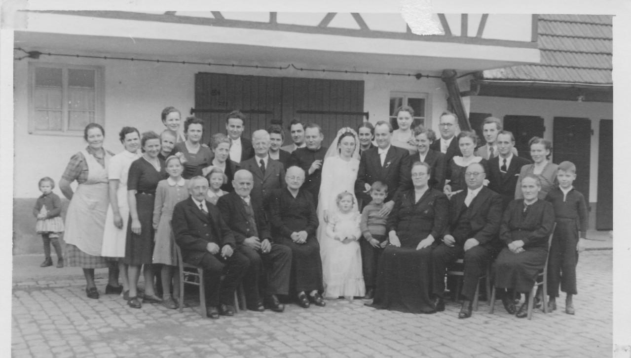 Hochzeitsgesellschaft Sprißler im Anwesen Spanier (früher Wirtschaft Engel), Aoppel Heinrich und Lenchen