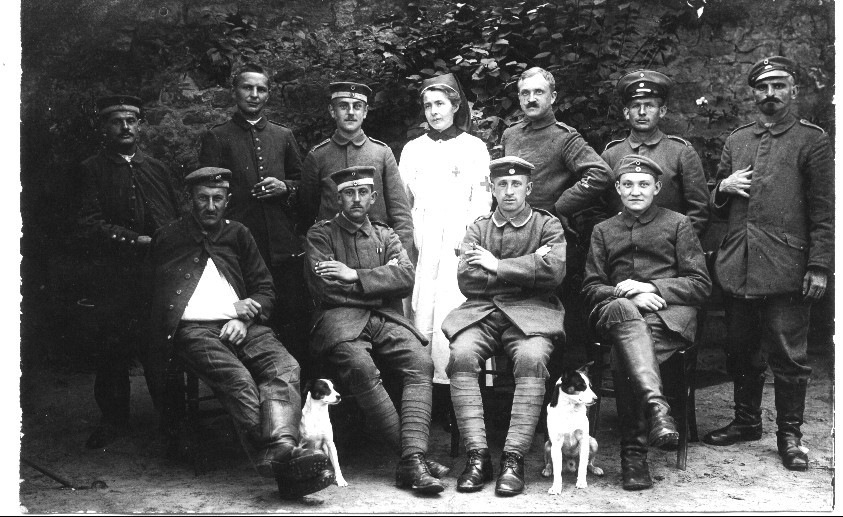 Armanda Tirolf mit verwundeten Soldaten aus Lazarett