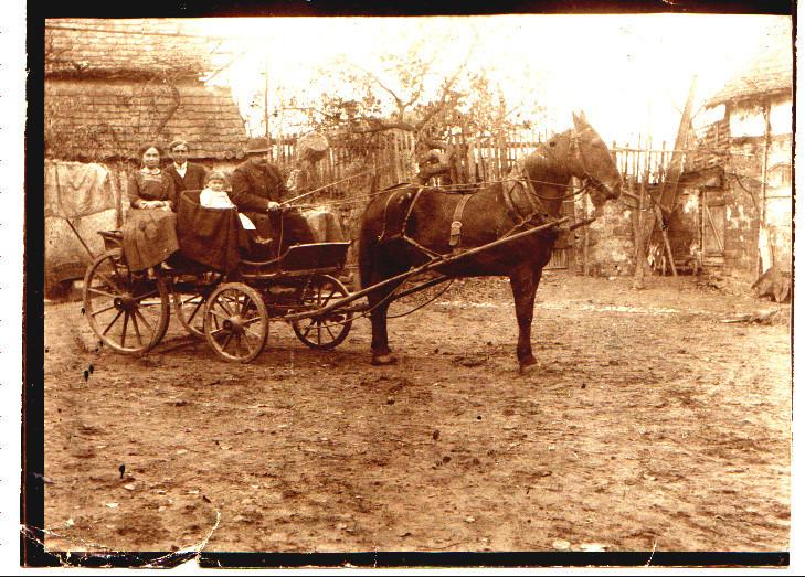 Pferdekutsche Franz Schneider mit Tochter und Enkelin Anna Mohr, Großvater von Hugo u. Pirmin Kästel und Karl Mohr