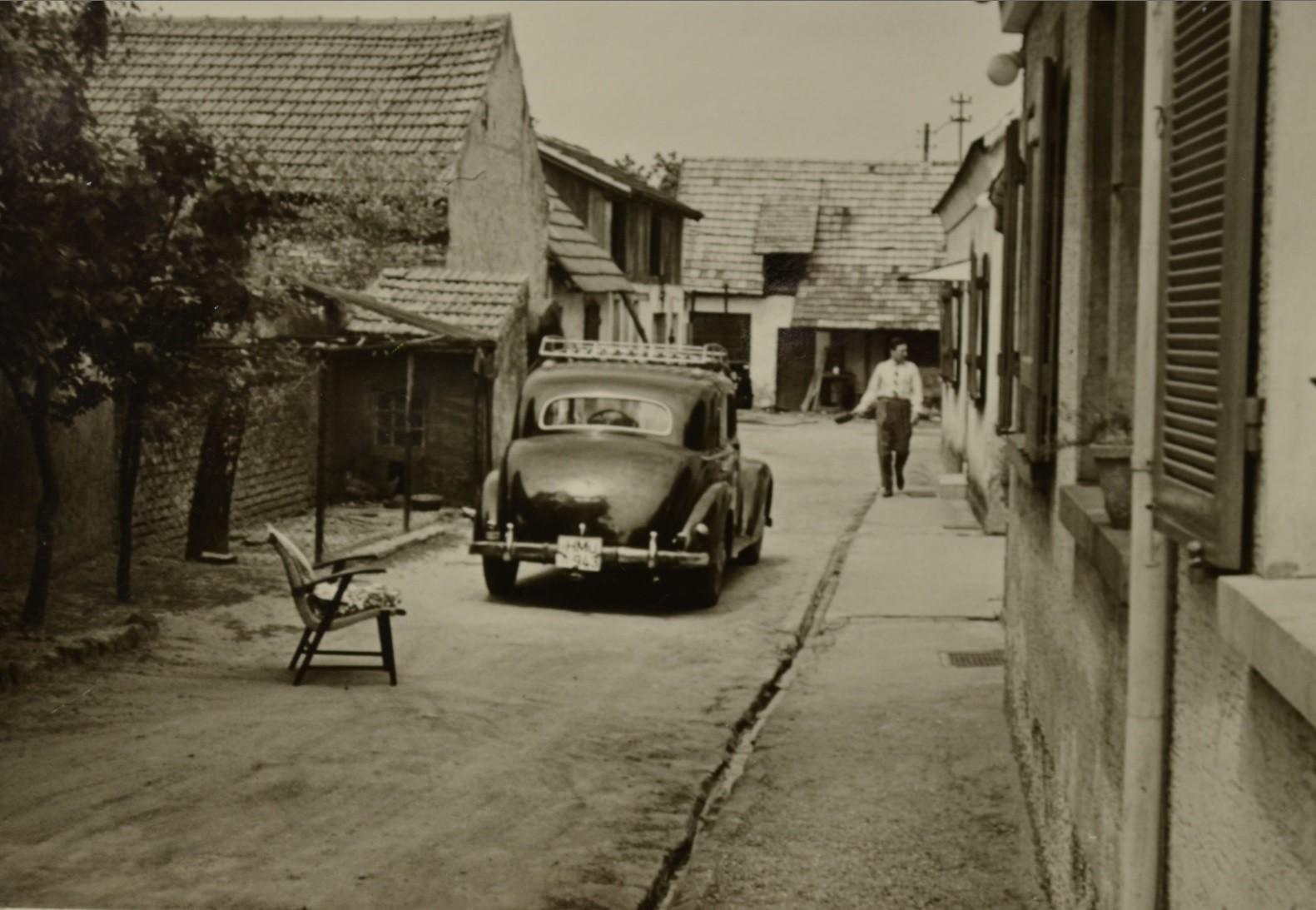Günter Stadler mit Mercedes 180 der Firma Oppermann im elterlichen Anwesen 1960