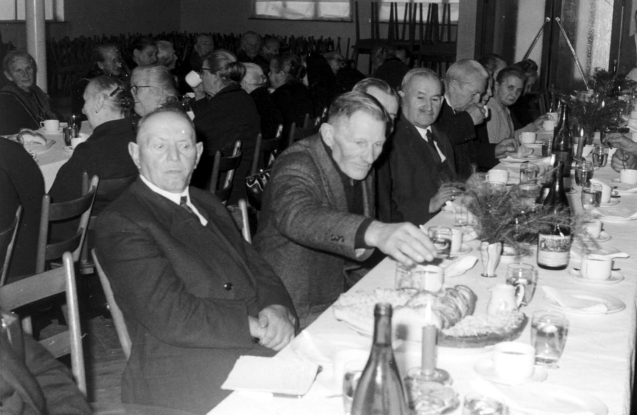 Altennachmittag v.l. Stefan Schmitt, Franz Klohe, Adam Engler, Karl Mohr und Frau Hilschmann, Oma von Angelika Joa