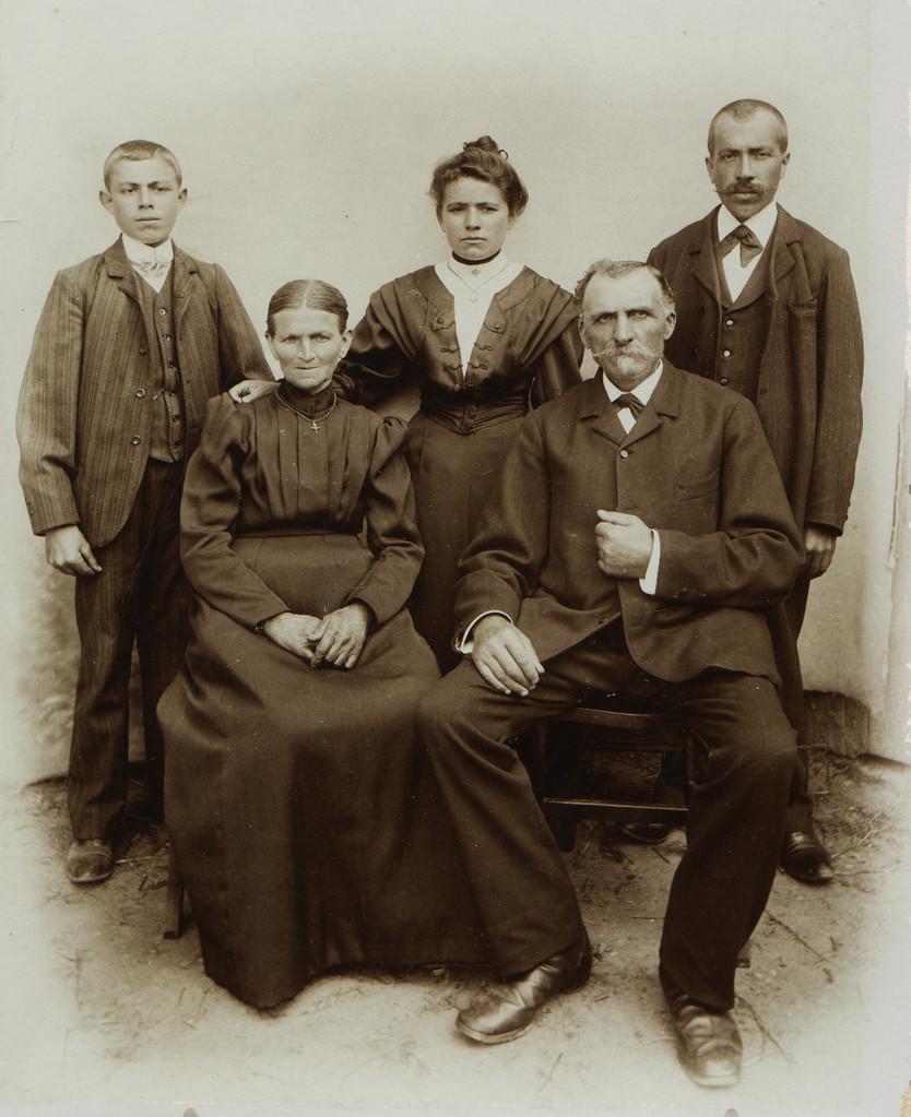 Familie Jakob Nebel (Chausseegard (1846), Bruder des Dichters Wilhelm Nebel mit Frau Magarete, geb. Weisler und Kindern, l.o. Adam (1890), Magarete (1888, verh. Löffler) und Peter Nebel (1875)