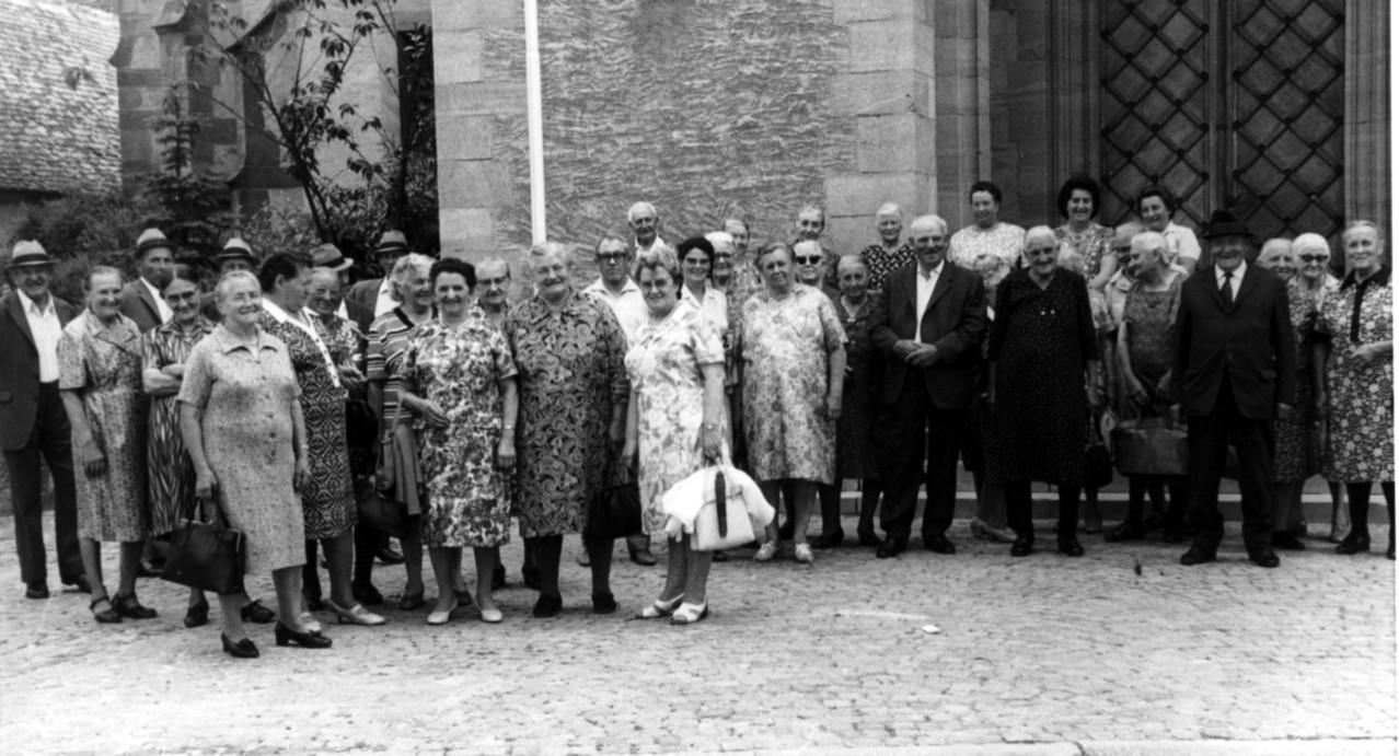 Ausflugsgesellschaft vor Geinsheimer Kirche