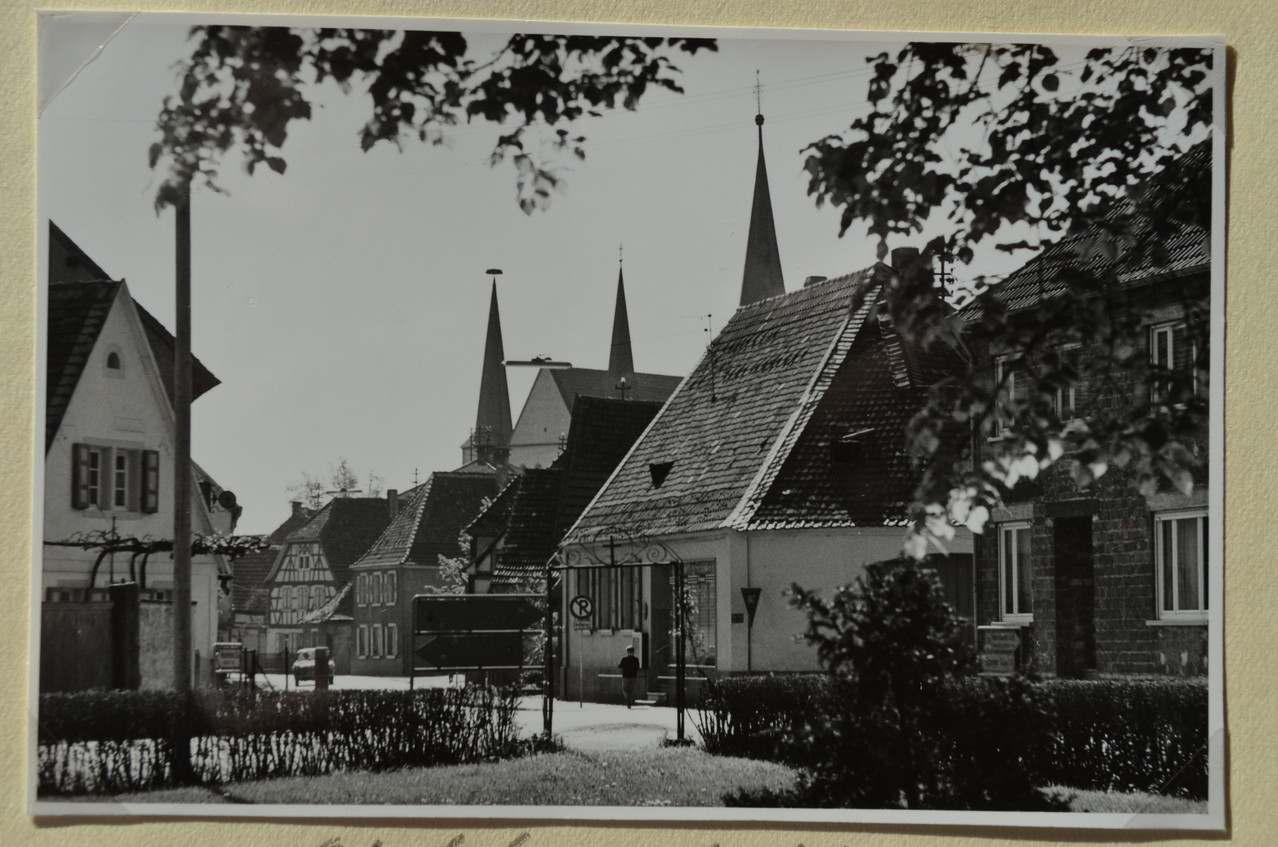 Blick vom Friedhof über die Böhlgasse zur Kirche