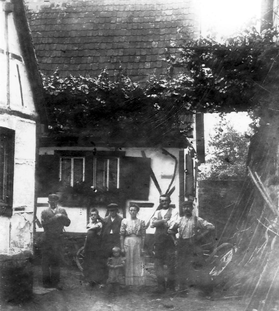 Familie Michael Schneider (Gässelschmidt) im Anwesen Böhlgasse vor 1931(Abriss erfolgte 1931)