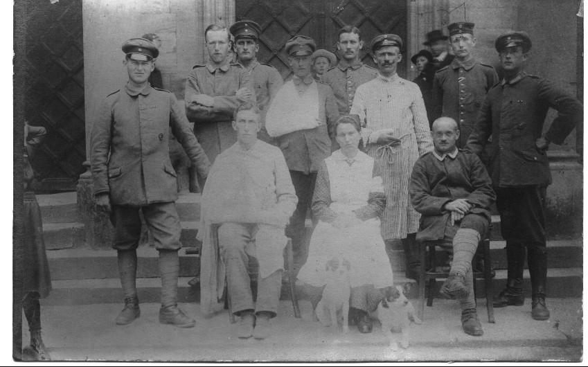 Anna Henkel mit verwundeten Soldaten mit Lazarett-Schwester vor Kirche