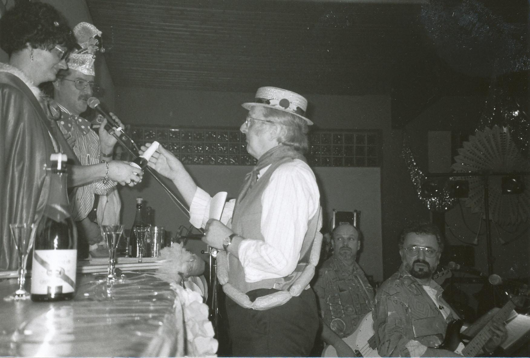"""Närrische Singstunde 1995 mit Karl Adam als """"Würstchen-Verkäufer"""""""