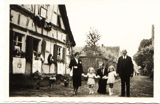 Familie Annelise und Phillip Schlegel mit Töchtern Ingrid und Christa und Großvater Josef vor Anwesen Otto Müller, dem Geburtshaus des Dichters Nebel an Fronleichnam
