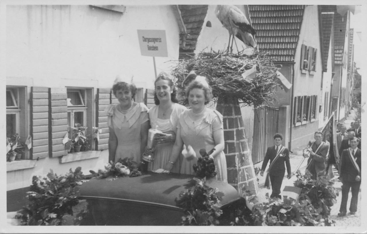 Ehrendamen in Dudenhofen 1951; Katharina Seithel, Hildegunde Sprißler, Resel Nebel