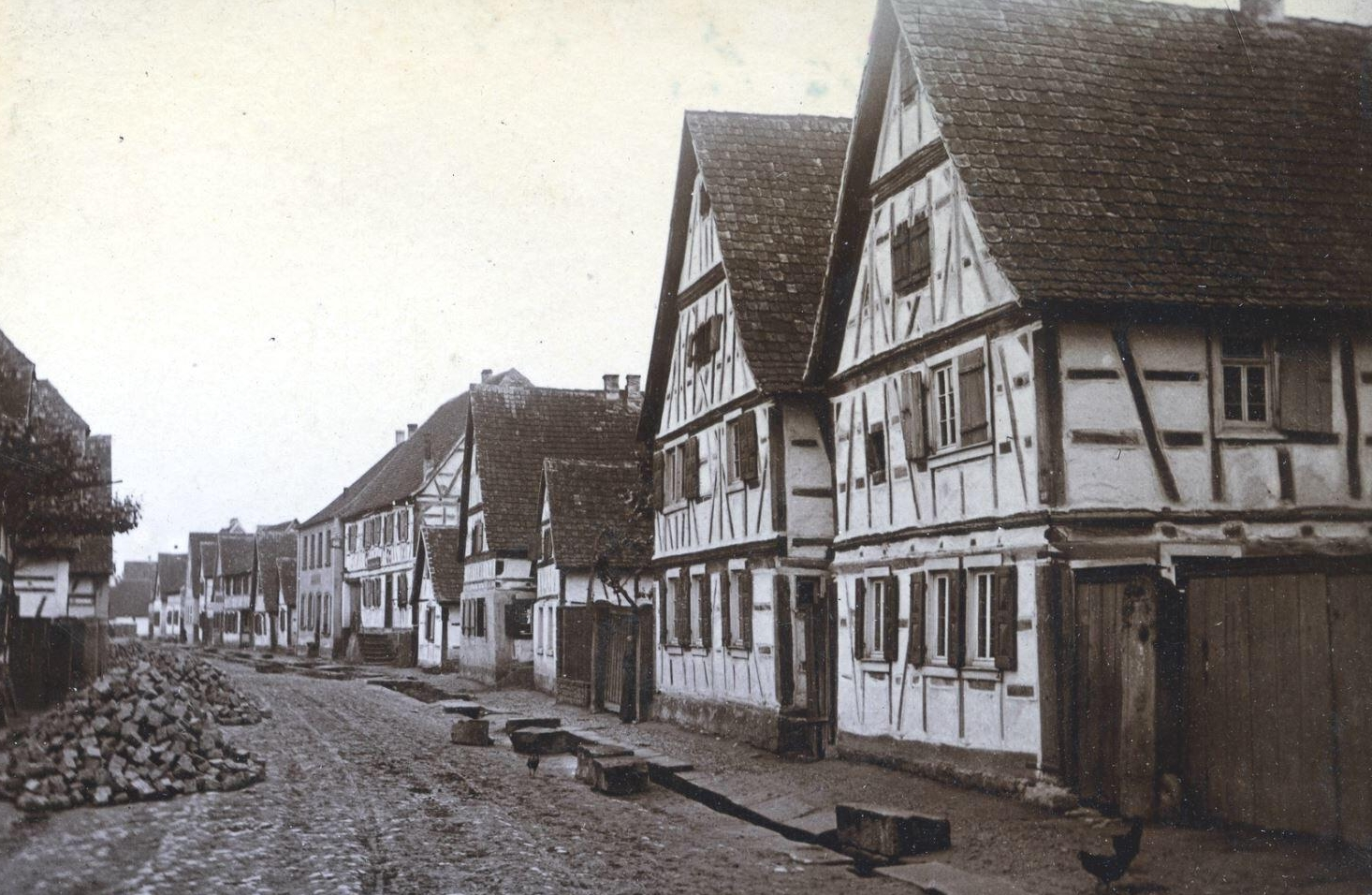 """Pflasterung der Hauptstraße 1894 bis 1896; Neubau """"Schwanen"""" 1903; alter Schwanen 1797"""