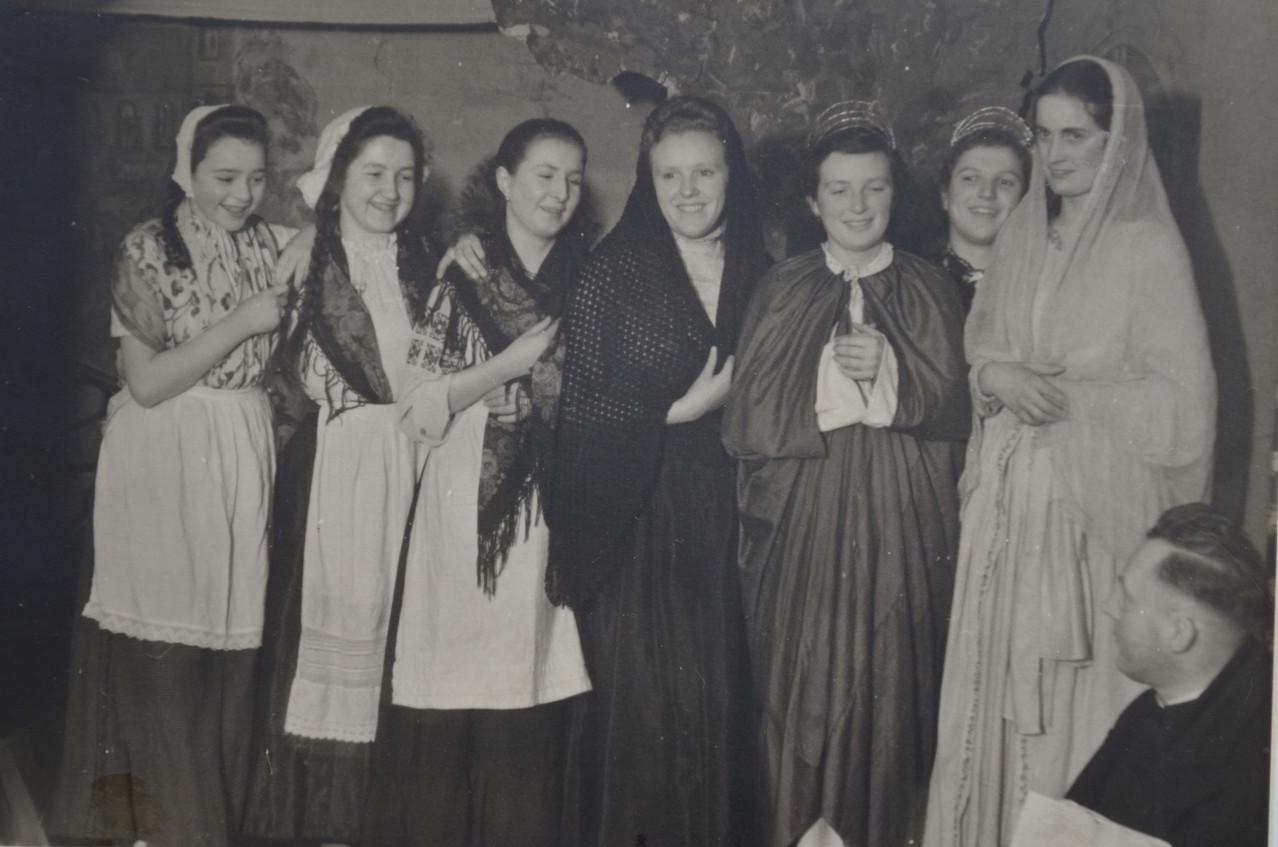 Pfarrer Rieder mit Frauengruppe: v.l. Gerda Spanier, Franziska Kessler,..., Trudel Birkle, Maria Adam, Hildegard Seeber, Hildegunde Sprißler