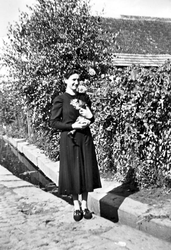 Frau Anna Hoffmann vor Dorfbach in Nähe des Weihers