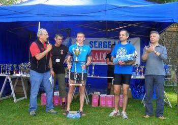 Le vainqueur des 10 km Damien Bevenot vient de recevoir son trophée des mains du maire.