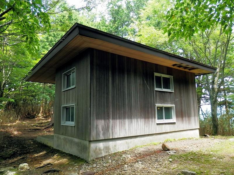 堂倉滝を超えると急登。登りきると林道で避難小屋もあります。
