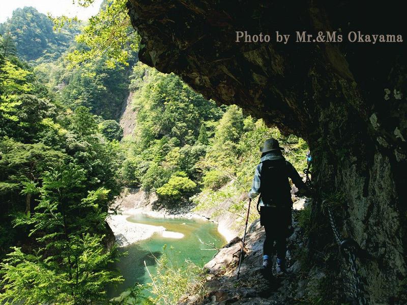大日嵓(ぐら):岩盤をくり抜いた道にびっくり!