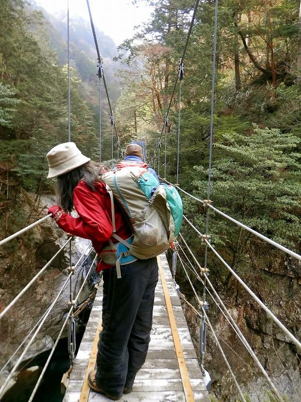 隠滝:吊橋から覗き込むと…