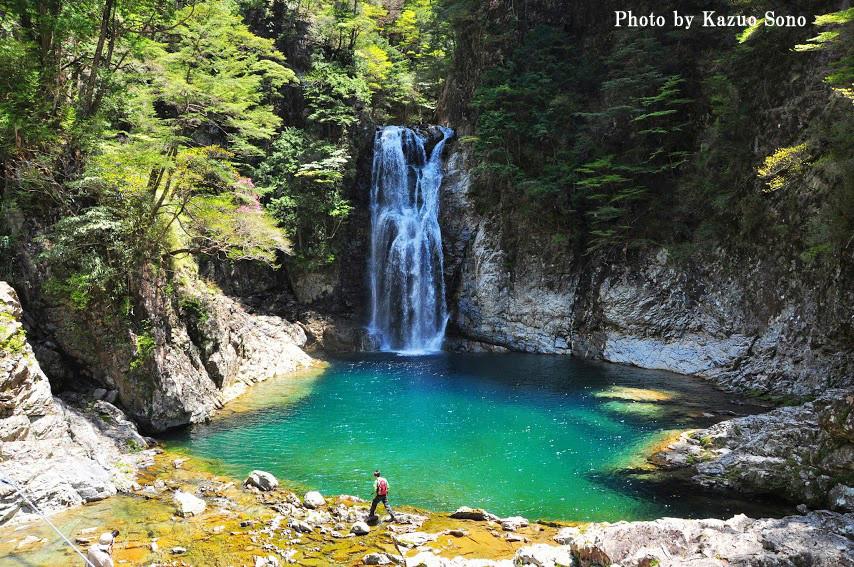 堂倉滝:シンプルで雄大な滝です。