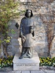 1999, Der Benediktiner Mönch Wigbert wurde um das Jahr 730 von Bonifatius nach Deutschland berufen. Er wurde Lehrer und erster Abt am Kloster in Fritzlar. Als er 780 starb, wurden s Gebeine nach Hersfeld gebracht, wo sie i d Stiftsruine aufbewahrt wurden