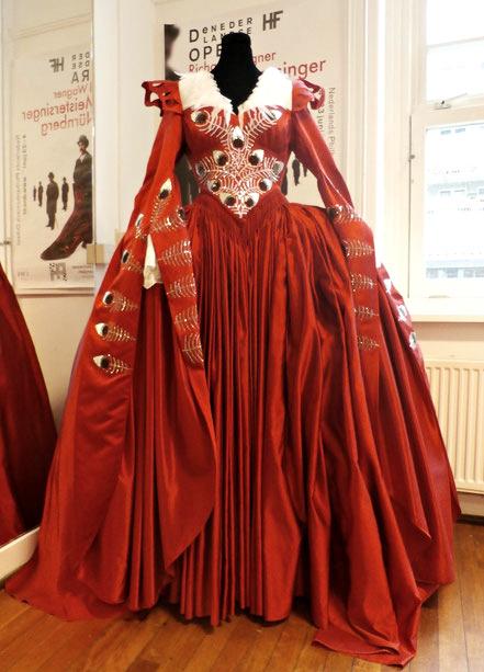 Meesterproef; een prachtige replica van de jurk uit de film Snow White met actrice Julia Roberts in de rol van koningin.