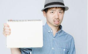 【画像】ノートをみせて大事だと伝える男性