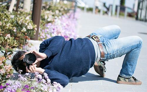 【画像】かなりのローアングルで撮影している男性