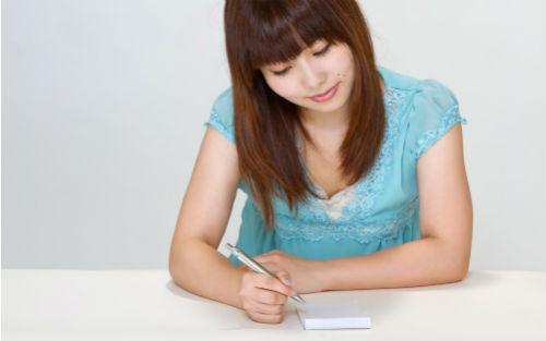 【画像】文章を書く前に何を書くか考えている女性