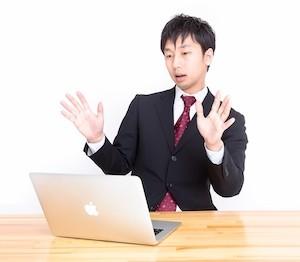 初心者クラスのパソコンを受けている男性