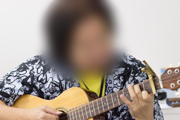 訓練生がギター演奏をする