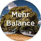 grosser Baum vor blauem Himmel - Ausgeglichenheit © Bethel Fath