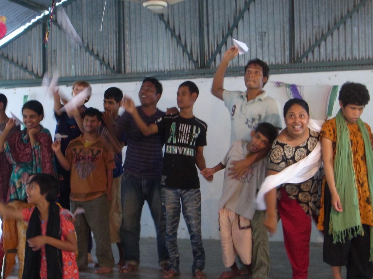 紙飛行機を作って、みんなで投げて、優勝者を決めました!
