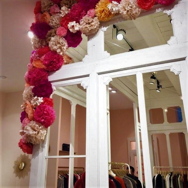 Création de fleurs en papier pour la décoration vitrine pour Des petits hauts