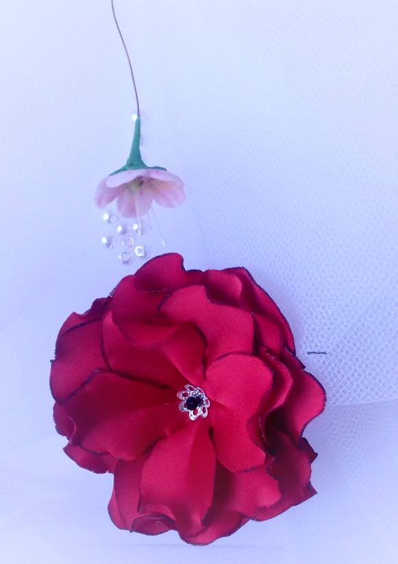 fleur en tissu, création brodée, réalisée par Maria Salvador