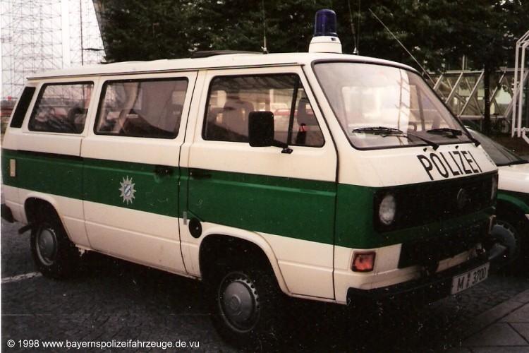 In der Lackierung der Landespolizei mit dem grünen Streifen.