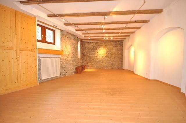 Pilates Studio Basel - Pilates & Motion - schöner Raum mit Holzboden und Natursteinwand - warmes Licht