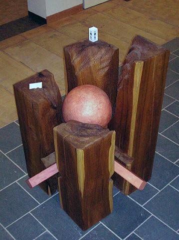 Mujer 2005, madera de magnolio y pino y cerámica 183X122X122 cm
