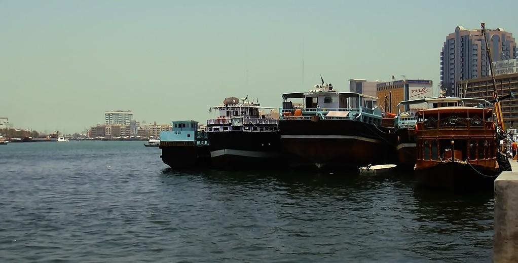Abras - traditionelle, aus Holz gefertigte Boote, auf dem Dubai Creek