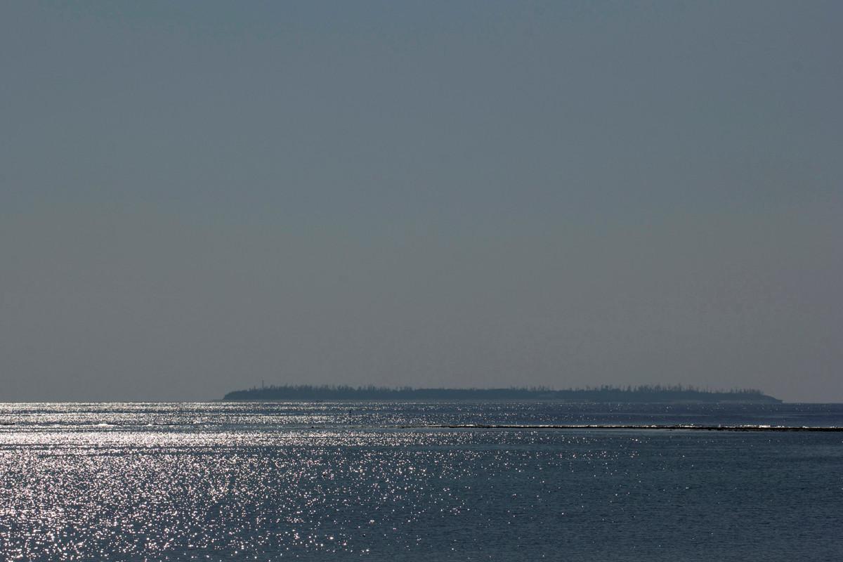 沖縄写真 銀色に輝く水納島