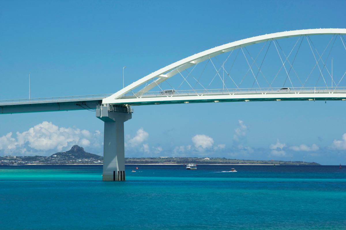 沖縄写真 瀬底大橋と伊江島