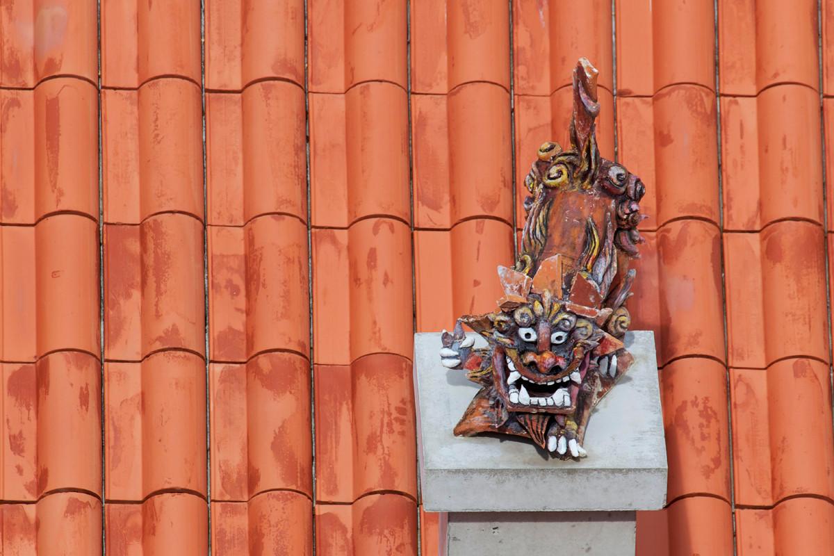 沖縄写真 赤瓦屋根上のシーサー