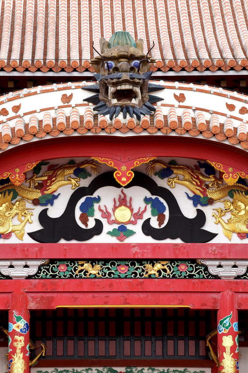沖縄写真 首里城 正殿 唐破風妻飾と屋根の上の龍頭棟飾
