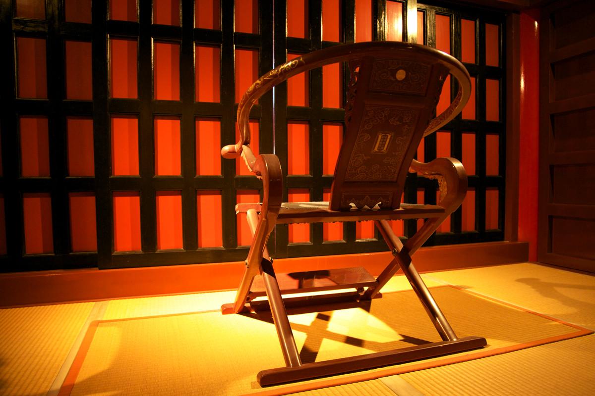 沖縄写真 首里城 正殿内 国王の公務用椅子