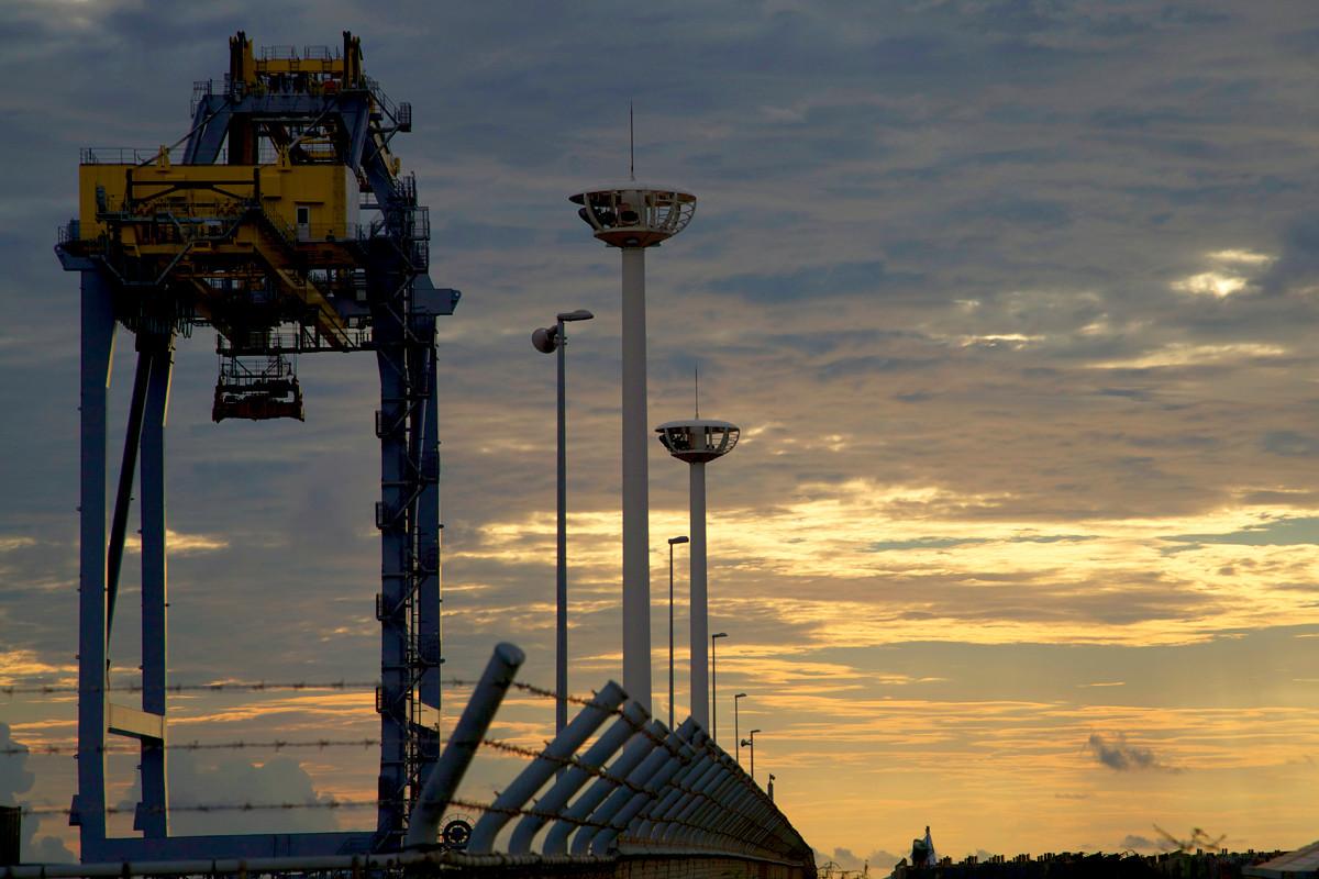 沖縄写真 夕陽に染まるガントリークレーン 那覇新港