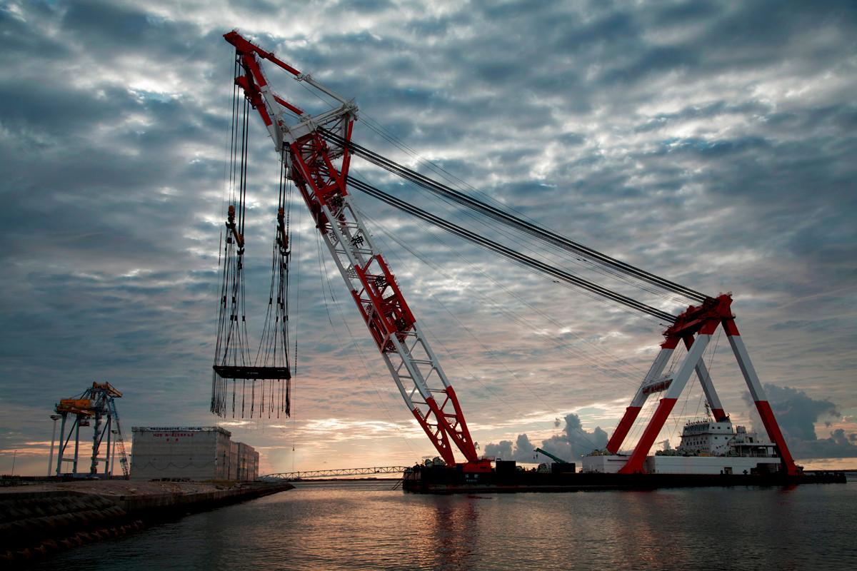 沖縄写真 巨大クレーン船 洋翔 那覇新港